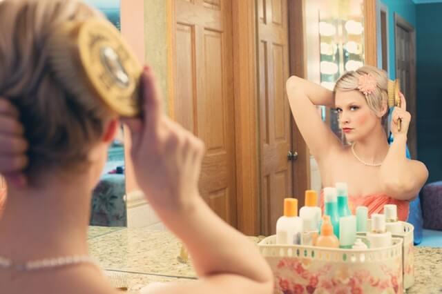 Hiusten harjaaminen