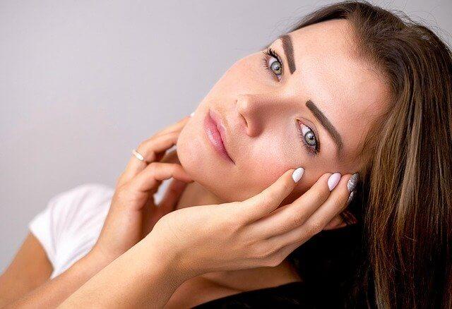 Heleä iho naisen kasvoissa
