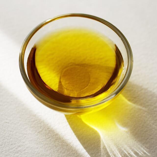 Oliiviöljyä kulhossa